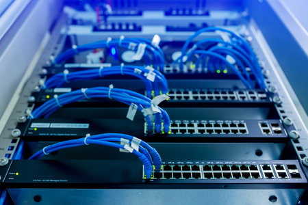 messa a fuoco selettiva di cavi di rete e comunicazione di sistema LAN hub di commutazione di rete. Cablaggio UTP e dispositivo di rete del computer Archivio Fotografico