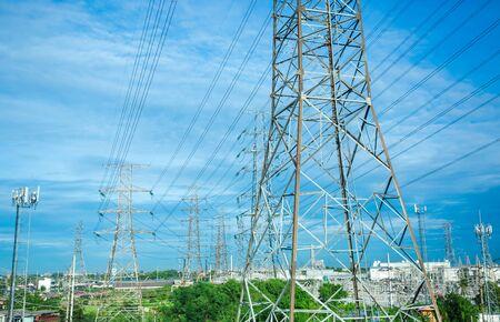 Elektrische Hochspannungsmastlinie. Silhouette der Stromversorgungsanlagen mit blauem Himmelshintergrund. Sendeturm. Standard-Bild