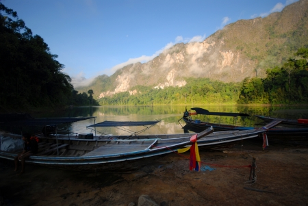 motorizado: Viaje en motorizados vessels.Tourism la presa en el sur del lago Thailand.In Nacional Park.Ratchaprapadam.Surattani el sur de Tailandia. Editorial