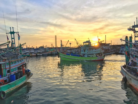peer to peer: flota pesquera dejando Phuket pares Foto de archivo