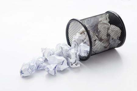 wastepaper basket: Cestino della carta straccia caduto