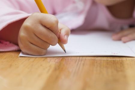 niños con lÁpices: Niña haciendo su tarea