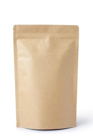 morenas: envases marrón bolsa de comida de papel con válvula y sello, aislado en blanco. Foto de archivo