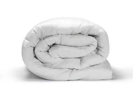Edredón blanco doblado Cálido y confortable en el fondo blanco