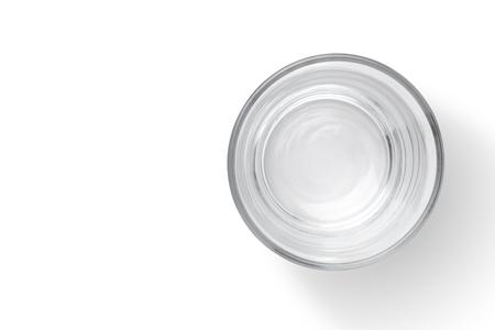 vidrio: Vista superior de la taza de cristal vacío aislado en el fondo blanco