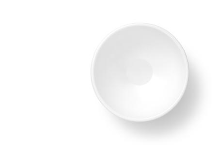 Vista superior de la taza vacía en el fondo blanco