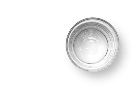 Kop van water op een witte achtergrond, bovenaanzicht. Stockfoto