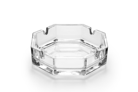 Cenicero de vidrio octogonal aislado sobre fondo blanco.