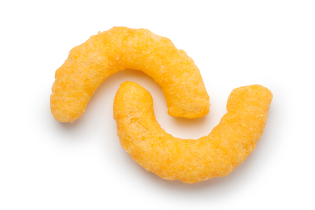 Nahaufnahme von Käse-Puffs auf weißem Hintergrund Standard-Bild