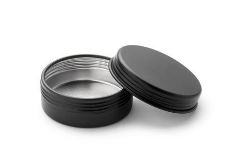 Pusty słoik aluminiowy czarny na białym tle.