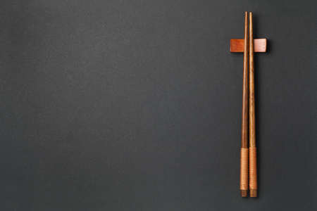 Top view of wooden chopsticks on black paper background 스톡 콘텐츠