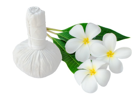 Thai herbal compress for spa with white plumeria flower   frangipani   isolated on white Banque d'images