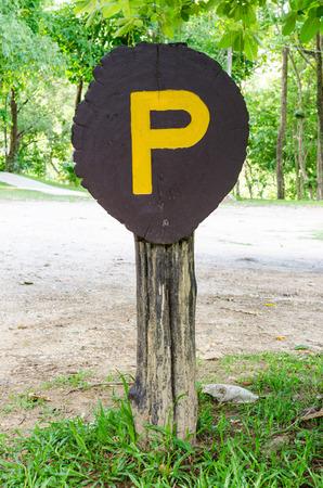 se�al parking: Marr�n se�al de aparcamiento de madera vieja.