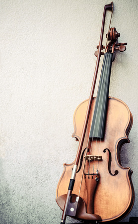 violin on a grunge wall background Imagens