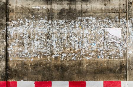 urban colors: Pared de Grunge con los carteles - Fondo urbano del grunge