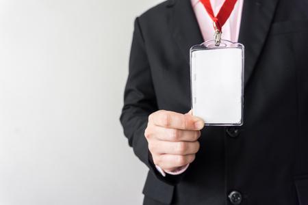 識別白空白プラスチック id カードを持っている男。 写真素材