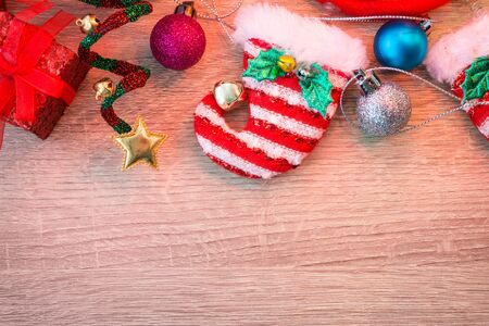 Christmas background with decorations on wooden board. Banque d'images