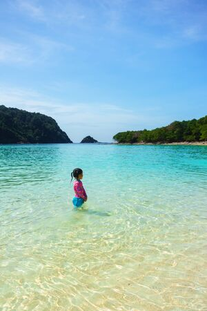 A girl in beautiful beach in Koh-Rok Islands, Trang province, Thailand. Banque d'images