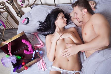 man and woman sex: сексуальная пара, лежа в постели Фото со стока