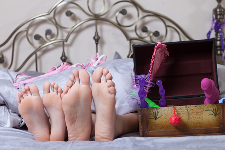 young couple sex: сексуальная пара, лежа в постели Фото со стока