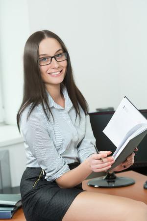 pies sexis: hermosa mujer de negocios que sostiene un papel