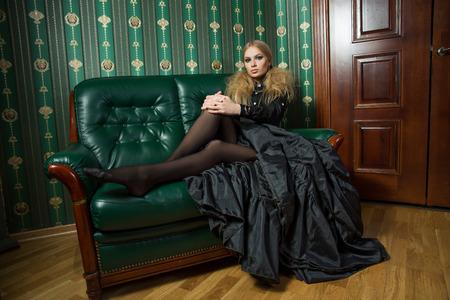 Bella bionda in un abito gotico.