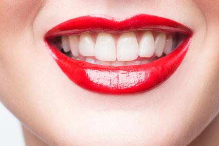 セクシーな唇。美しさ、赤唇メイク詳細。