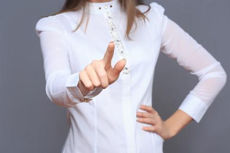 recourses: donna di fronte a touch screen visiva.