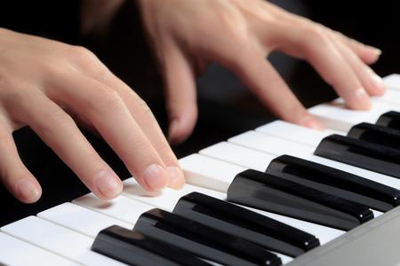 fortepian: Dziewczyny ręce na klawiaturze fortepianu
