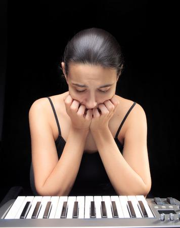 teclado de piano: Mujer emocional aprender a tocar el piano. Foto de archivo