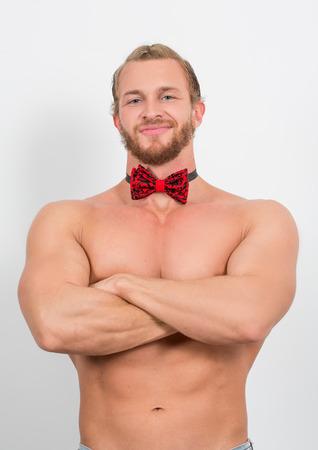 topless: homme torse nu portant un neckbow rouge et souriant Banque d'images