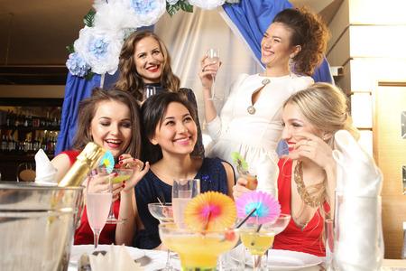 clinking: ni�as tintineo copas de c�cteles en la fiesta