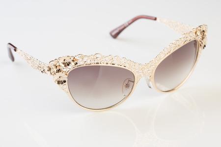 ojo humano: Gafas de sol de fondo blanco