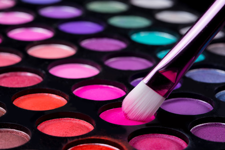 brushes and make-up eye shadows Standard-Bild