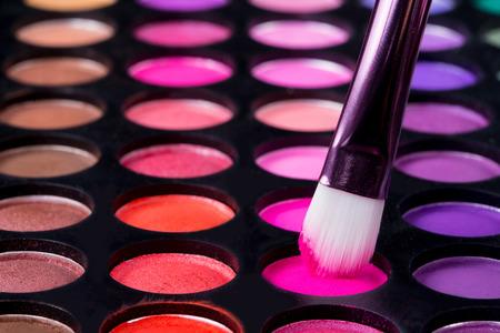 Make-up Pinsel und Make-up-Lidschatten Standard-Bild - 40207578