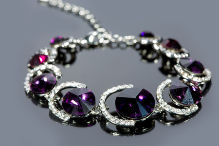 diamante negro: pulsera hermosa sobre fondo gris.