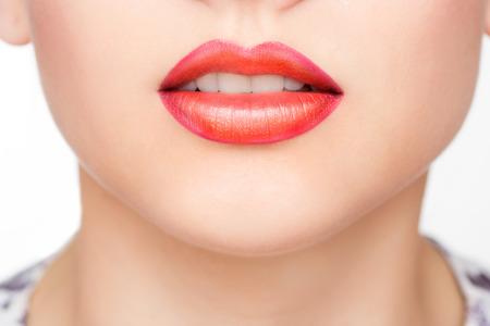 labios sensuales: Labios atractivos rojos y Uñas primer. Boca Abierta. Manicura y maquillaje. Invente concepto. Beso Foto de archivo
