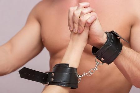sexo pareja joven: par atractivo de los amantes esposado. Juguetes sexuales. tener relaciones sexuales