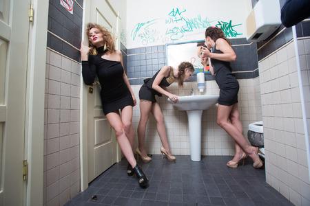 borracho: chica borracha en barras de tocador. hermosas mujeres en vestidos de noche en la intoxicaci�n alcoh�lica Foto de archivo