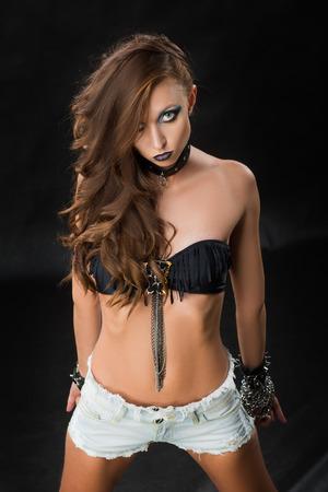 ojos negros: Rocker Estilo Modelo retrato de la muchacha. Peinado. Rocker o Punk Mujer Maquillaje y peinado. Retrato blanco y negro de glamour y elegante mujer joven