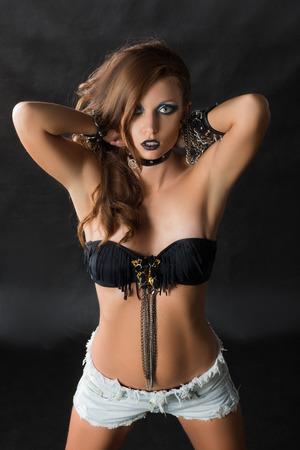 dishevel: Rocker Stile Modello Girl Portrait. Acconciatura. Rocker o punk Donna trucco e acconciatura. In bianco e nero Ritratto di Glamour e giovane donna alla moda