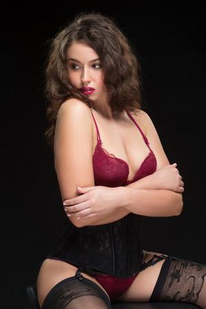 schwarze frau nackt: Mode-Foto von sexy Br�nette lockige Frau in der Spitzew�sche und Str�mpfe mit einem G�rtel posiert im Studio Lizenzfreie Bilder