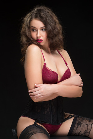 femme noire nue: photo de mode de sexy Brunet femme boucl�s dans la lingerie de dentelle et des bas avec une ceinture posant au studio