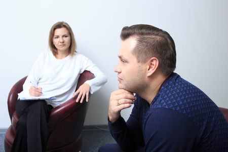 sicologia: Psicólogo Mujer consultar hombre pensativo durante la sesión de terapia psicológica Foto de archivo