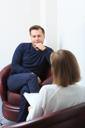 terapia psicologica: Female psychologist consulting pensive man during psychological therapy session