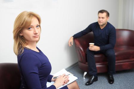 terapia psicologica: Psic�logo Mujer consultar hombre pensativo durante la sesi�n de terapia psicol�gica Foto de archivo