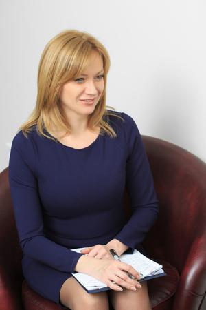 terapia psicologica: Psicólogo Mujer consultar hombre pensativo durante la sesión de terapia psicológica Foto de archivo