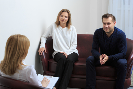 terapia psicologica: sesión de terapia de pareja se llevó a cabo en el psicólogo