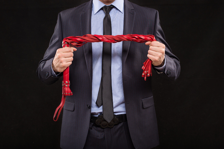 sexuales: un hombre en un traje de negocios con las manos encadenadas. manillas para los juegos del sexo
