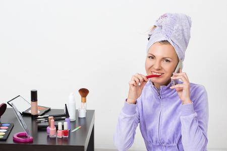 comunicacion oral: hermosa mujer cepillándose los dientes y hablando por el teléfono
